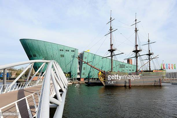 museum nemo with a replica of voc ship the amsterdam - nemo museum stock pictures, royalty-free photos & images