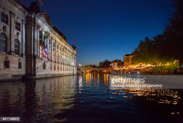 museumsinsel und spree bei nacht - nacht stock pictures, royalty-free photos & images
