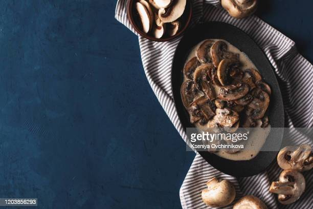mushrooms with dill and sour cream in a ceramic plate - repas servi photos et images de collection