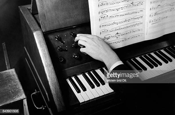 Music controller for the acoustic colour on a piano Photographer Ullmann Published by 'Hier Berlin' 46/1940Vintage property of ullstein bild