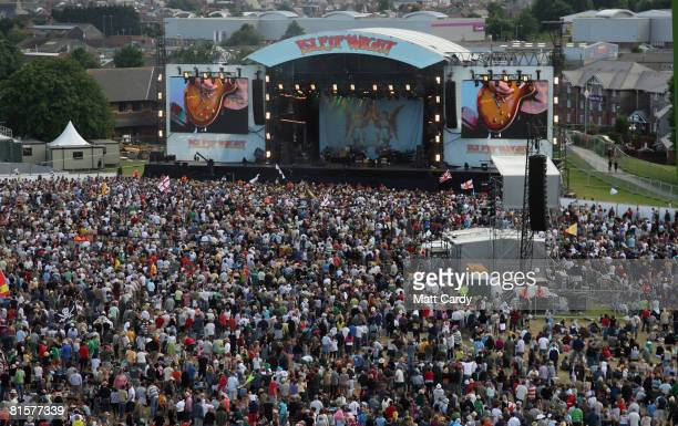 Music fans crowd in front of the Main Stage tp watch Starsailor perform during the third and final day of the Isle of Wight Festival at Newport on...
