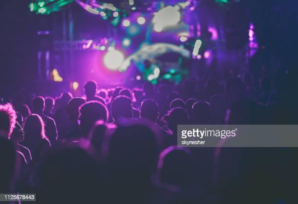 muziekfestival in de nacht! - paars stockfoto's en -beelden