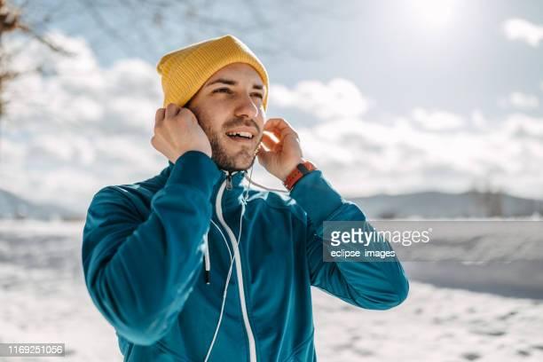 musik macht es einfacher - sportsperson stock-fotos und bilder