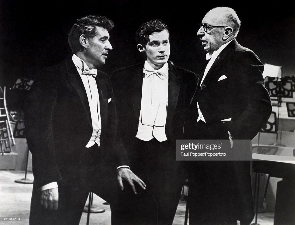 Music, New York, USA, Circa 1960's, Conductor Leonard Bernstein (left) and pianist Glenn Gould listen to composer & conductor Igor Stravinsky during a rehearsal for the New York Philharmonic Orchestra : News Photo