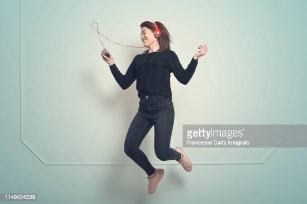 music passion - les bras écartés photos et images de collection
