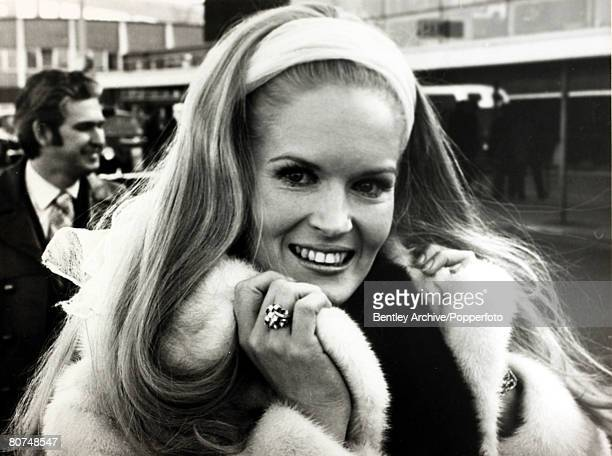 11th March 1971 American country singer Lynn Anderson pictured at London's Heathrow Airport at the time her song Rose Garden was a big hit