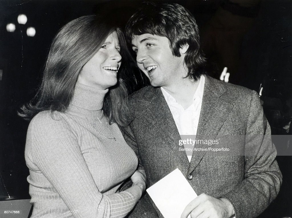 Music Personalities. pic: 25th September 1969. London. Beatle Paul McCartney with his wife Linda casually dressed for the film premiere of 'Midnight Cowboy' Eastman, as they enter the London Pavilion. : News Photo