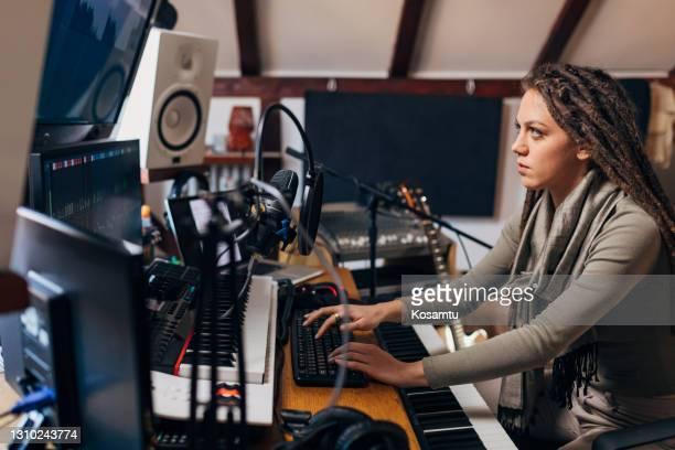 musikstudio ist ihr arbeitsplatz, und sie ist so engagiert - popmusiker stock-fotos und bilder