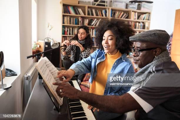 professor de música, tendo aula de piano - compositor - fotografias e filmes do acervo