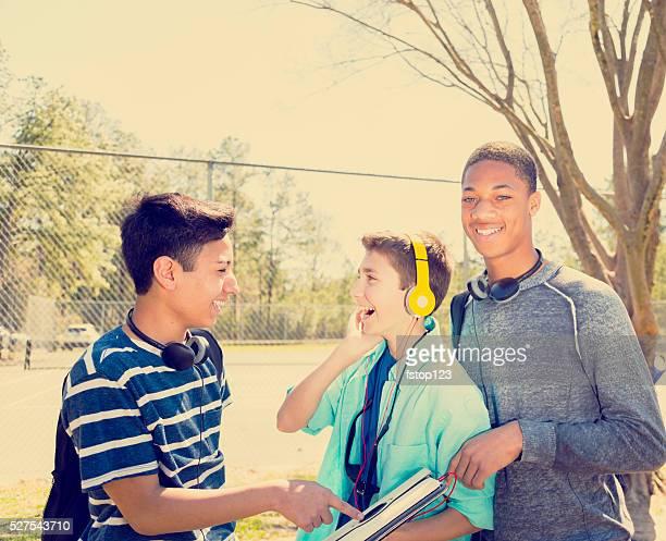 Musik : Männlicher Teenager Freunde mit Kopfhörern, Digitaltablett im park.