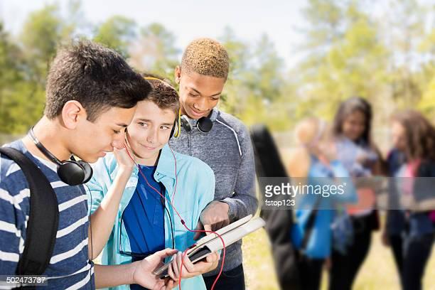 Musik: Teenage Freunde, Musik hören auf digitale tablet.  Park.