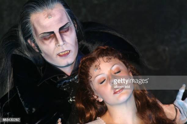 Musical 'Tanz der Vampire' von Roman Polanski Neue Flora Thomas Borchard als Graf von Krolock und Jessica Kessler als Sarah Roman Polanski Premiere