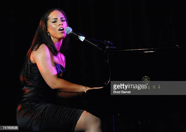 Musician Alicia Keys performs on stage at Samsung's Annual Four Seasons of Hope Gala at Cipriani Wall Street June 18 2007 in New York City