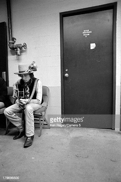 Musician Bob Dylan is photographed backstage during the Rolling Thunder Revue in November 1975 in New Haven Connecticut CREDIT MUST READ Ken...