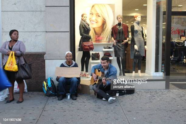 Musician Chris Leamy makes music for the homeless Hassan Ali in New York US 28 September 2016 Leamy wants to help the homeless and make them happy...