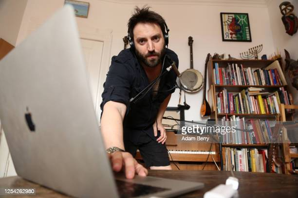 Musician Daniel Kahn sets up a video connection in order to livestream his performance from his apartment as his contribution to the JetLag festival...