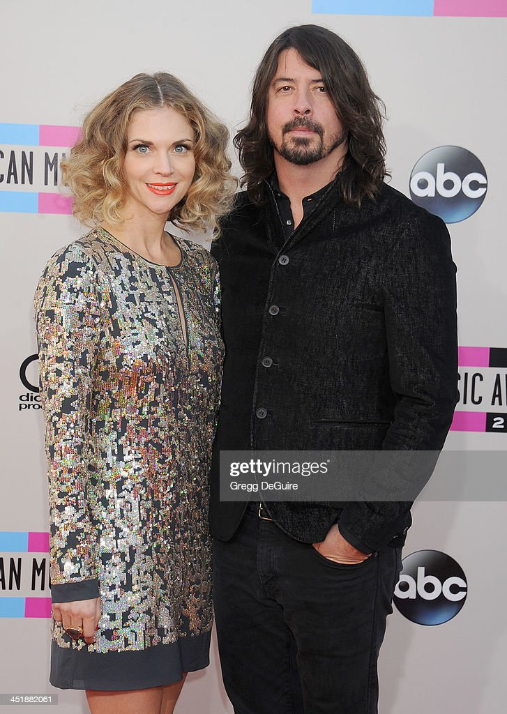 Musician Dave Grohl of the Foo Fighters and wife Jordyn Blum arrive at the 2013 American Music Awards at Nokia Theatre L.A. Live on November 24, 2013 in Los Angeles, California.