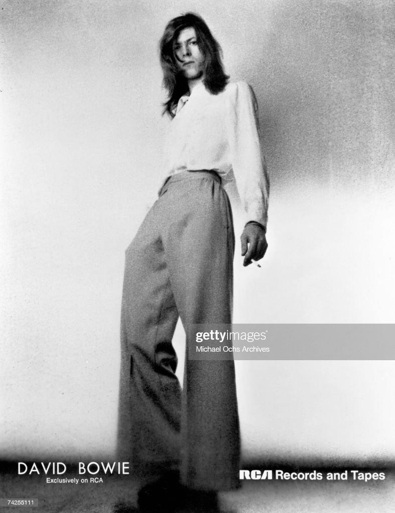 ★ DAVID BOWIE - Discografía confitada ★ Diamond dogs (1974). El Gran Hermano nos escucha. - Página 12 Musician-david-bowie-poses-for-a-portrait-smoking-a-cigarette-to-the-picture-id74255111