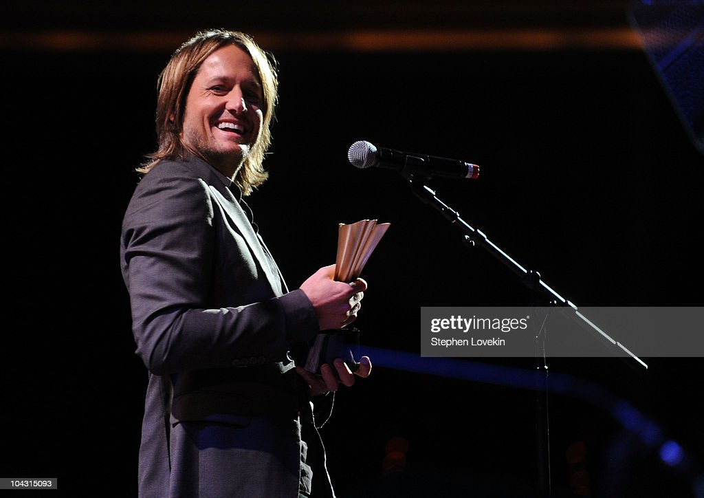 Musician Keith Urban accepts theJim Reeves International Award during the 4th Annual ACM Honors at the Ryman Auditorium on September 20, 2010 in Nashville, Tennessee.