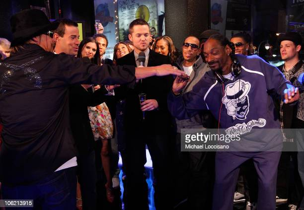 """Musician Kid Rock, MTV VJ Carson Daly, MTV VJ Damien Fahey, rapper Ludacris and rapper Snoop Dogg stand on stage during MTV's TRL """"Total Finale Live""""..."""