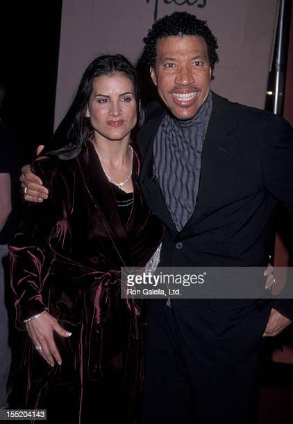 Musician Lionel Richie and Diane Alexander attend CedarsSinai Valentine's Ball Honoring Larry King on February 13 2002 at the Beverly Hills Hotel in...