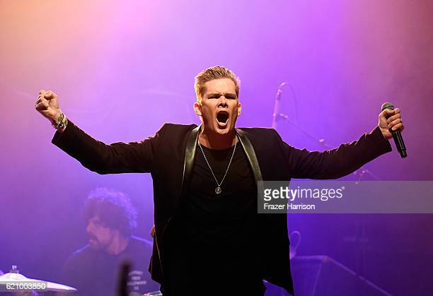 Musician Mark McGrath performs at 2016 Rhonda's Kiss Benifit honoring Johnny Depp at El Rey Theatre on November 3, 2016 in Los Angeles, California.