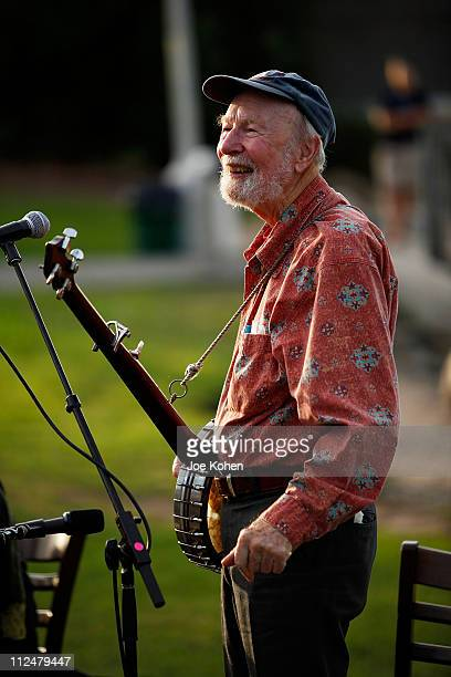 Musician Pete Seeger the 2009 Dorothy and Lillian Gish Prize award recipient performs during the 2009 Dorothy and Lillian Gish Prize special outdoor...