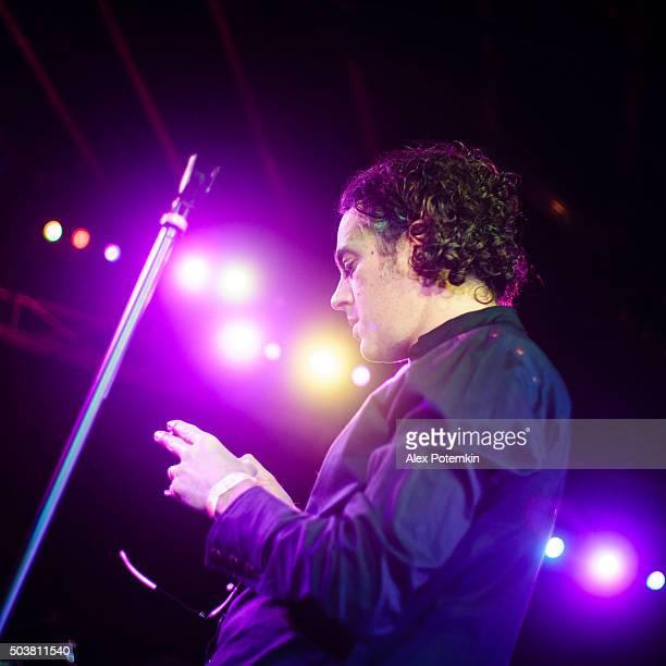 músico jogar guitarra no palco em uma apresentação ao vivo - músico pop - fotografias e filmes do acervo