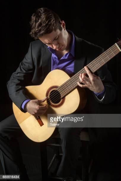 Musiker spielen klassische Gitarre