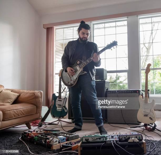 musiker, spielt e-gitarre mit sound-effekte pedale, wohnzimmer - verstärker stock-fotos und bilder