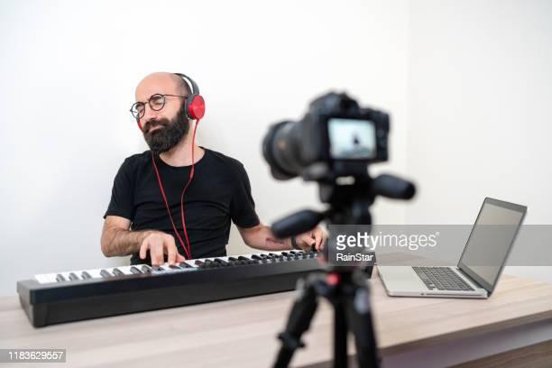 ミュージシャン演奏シンセサイザー - キーボード奏者 ストックフォトと画像