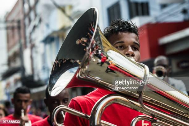 muzikant speelt trombone, fanfare orkest, brazilië - kapel stockfoto's en -beelden