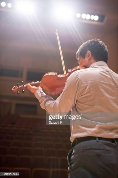 violon joue musicien sur scène - tranquil scene photos et images de collection