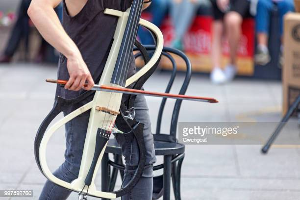 muzikant spelen met zijn elektrische cello - gwengoat stockfoto's en -beelden