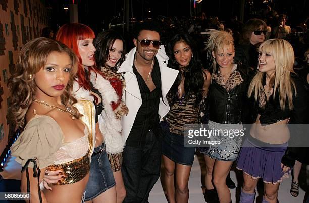 Musician Shaggy poses with girl band The Pussycat Dolls Melody Thornton Carmit Bachar Jessica Sutta Nicole scherzinger Kimberly Wyatt and Ashley...