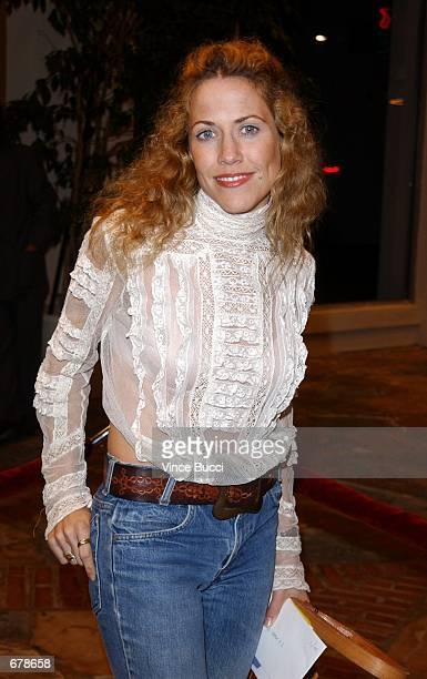 """Musician Sheryl Crow attends the premiere of the film """"Shallow Hal"""" November 1, 2001 in Los Angeles, CA."""
