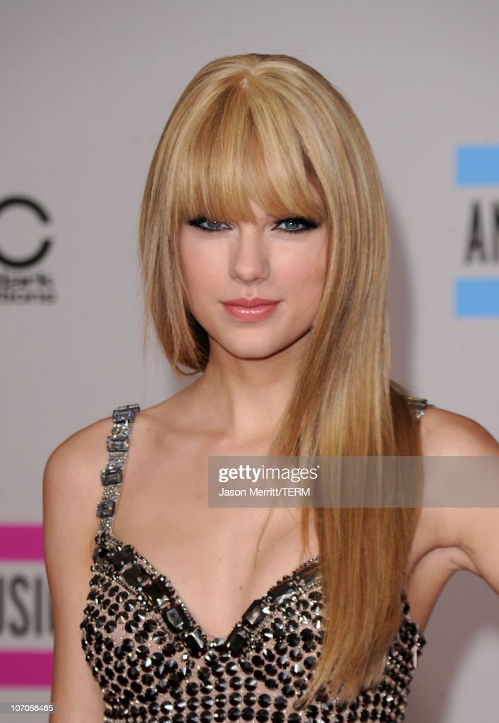 Musician Taylor Swift arrives at the 2010 American Music Awards held at Nokia Theatre L.A. Live on November 21, 2010 in Los Angeles, California.