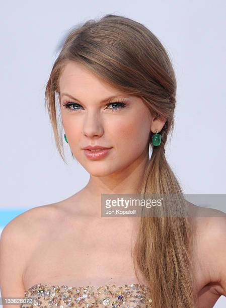 Musician Taylor Swift arrives at the 2011 American Music Awards held at Nokia Theatre L.A. Live on November 20, 2011 in Los Angeles, California.
