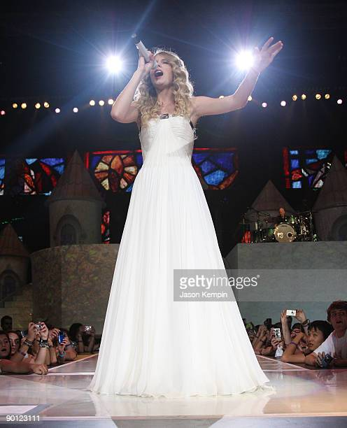 117 Taylor Swift Fearless Tour Photos And Premium High Res Pictures Getty Images