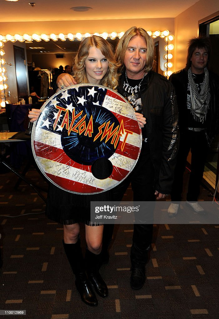 Musician Taylor Swift (L) poses with Joe Elliott of Def Leppard backstage during the 2009 CMT Music Awards at the Sommet Center on June 16, 2009 in Nashville, Tennessee.
