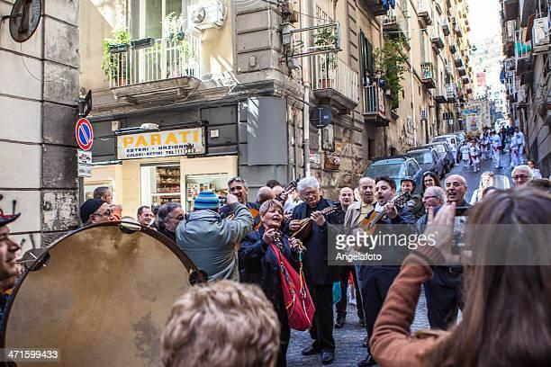 musicisti e cantanti in strada di napoli, italia - tambourine foto e immagini stock