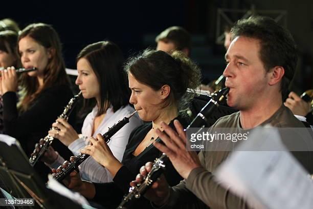 spielen musiker im konzert - oboe stock-fotos und bilder
