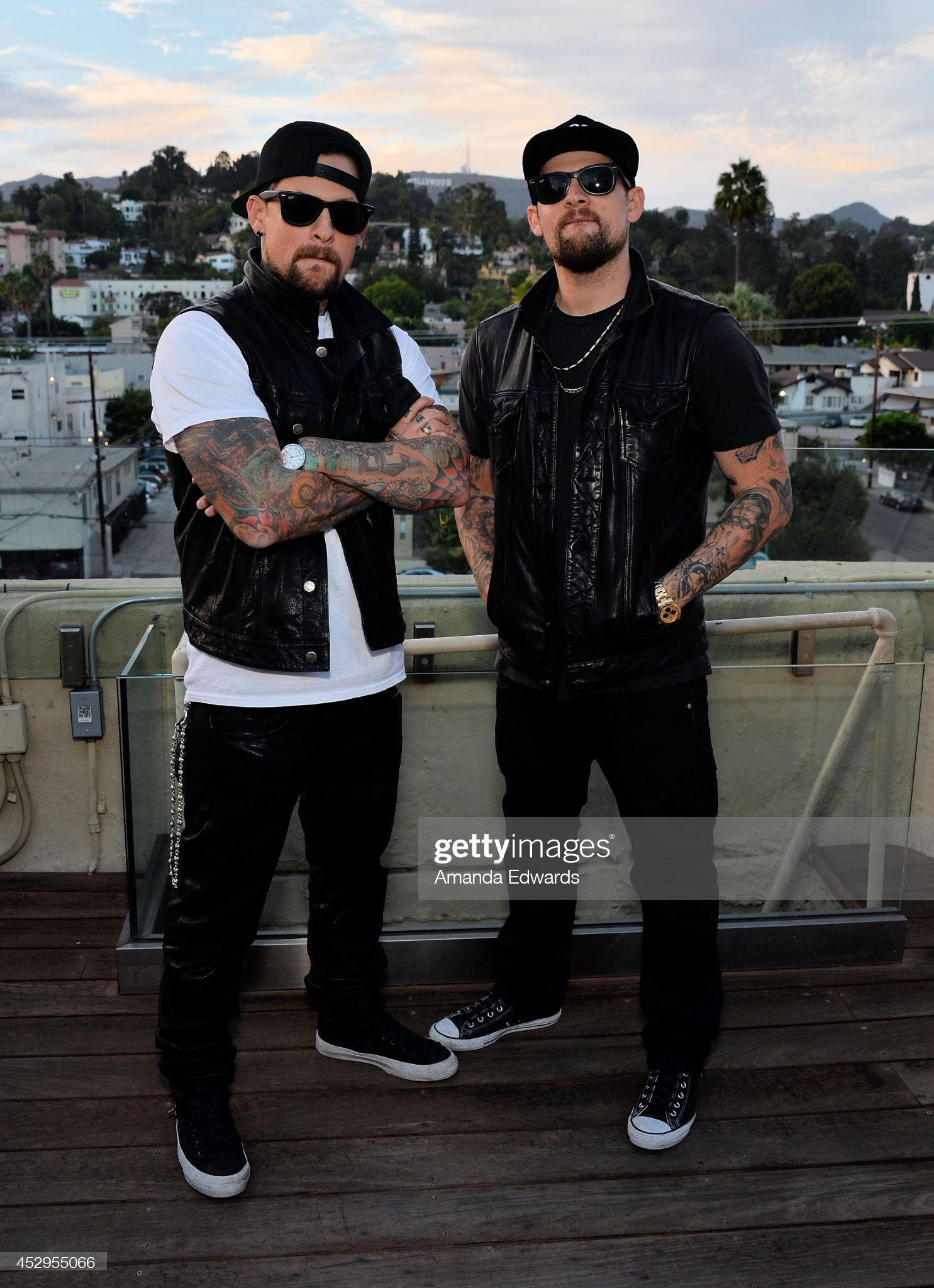 ¿Cuánto mide Benji Madden? - Altura - Real height Musicians-benji-madden-and-joel-madden-pose-before-performing-onstage-picture-id452955066?s=2048x2048