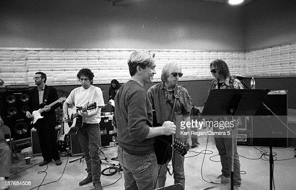 Musicians Eric Clapton Bob Dylan GE Smith Tom Petty and Neil Young are photographed behind the scenes of Bob Dylan's 30th Anniversay Concert on...