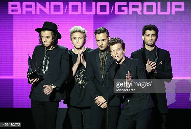 Musicians Harry Styles Niall Horan Liam Payne Zayn Malik and Louis Tomlinson of One Direction accept the award for Favorite Pop/Rock Band Duo or...