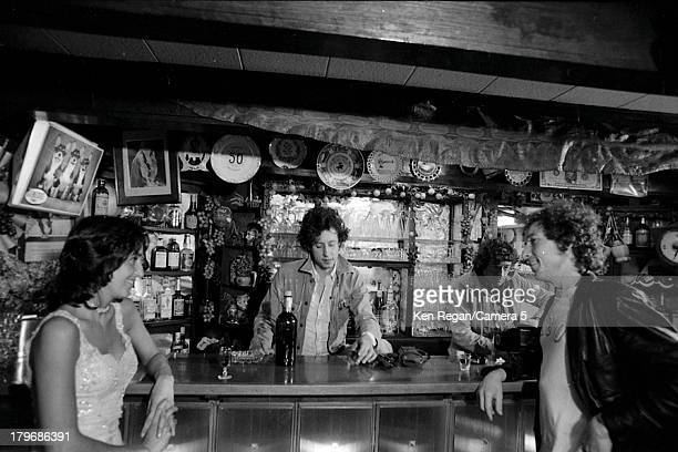 Musicians Joan Baez Arlo Guthrie and Bob Dylan are photographed at the bar in Dream Away Lodge during the Rolling Thunder Revue in November 1975 in...