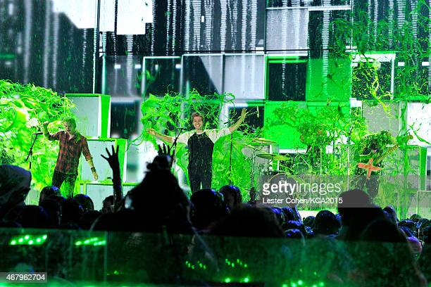 Musicians Michael Clifford Luke Hemmings Ashton Irwin and Calum Hood of 5 Seconds of Summer get slimed onstage during Nickelodeon's 28th Annual Kids'...