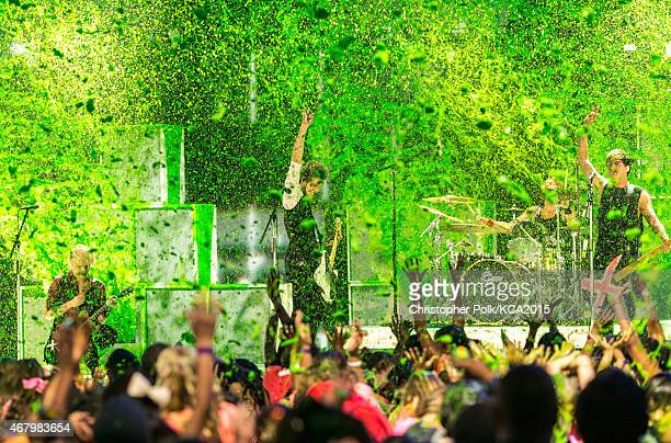 Musicians Michael Clifford Luke Hemmings Ashton Irwin and Calum Hood of 5 Seconds of Summer get slimed onstage at Nickelodeon's 28th Annual Kids'...