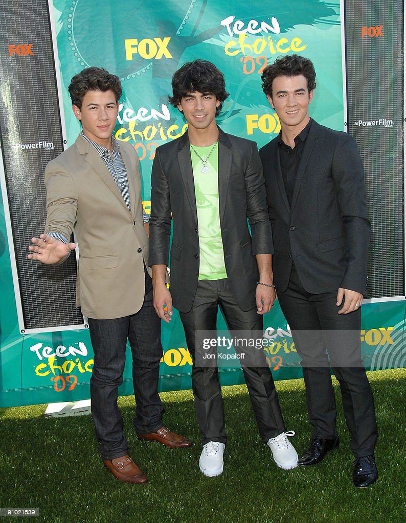 Musicians Nick Jonas, Joe Jonas and Kevin Jonas of Jonas Brothers arrive at the Teen Choice Awards 2009 held at the Gibson Amphitheatre on August 9, 2009 in Universal City, California.