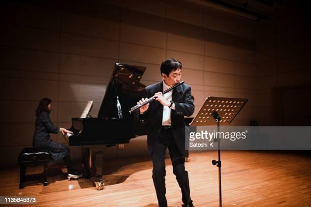 musiciens jouant la flûte et le piano au concert de musique classique - tranquil scene photos et images de collection